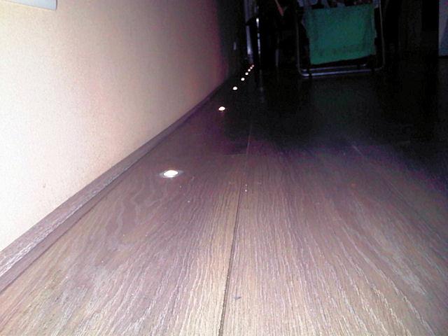 Eyeleds vloerspotjes in de laminaatvloer van een gang in een appartement - Decoreren van een gang ...