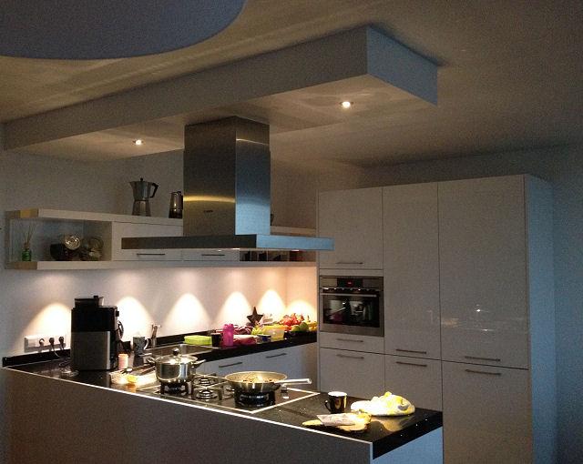 LED spots boven een aanrechtblad in de keuken